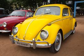CHENNAI, INDIA - 24 de julio: Volkswagen tipo 1 (escarabajo de Volkswagen o VW Bug) retro coches de época en Heri