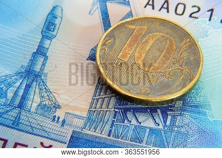 A Russian Coin Of 10 Rubles Is On A Banknote Of 2000 Rubles. The Banknote Depicts The Vostochny Spac