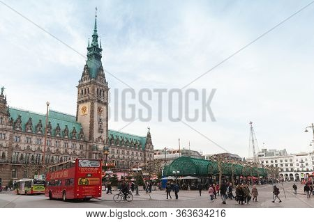 Hamburg, Germany - November 30, 2018: Tourists Walk On Rathausmarkt Near Hamburg City Hall. It Is Th
