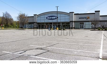 Bay Shore, New York, Usa - 25 April 2020: Empty Parking Lot In Front Of An Old Navy Store In A Strip