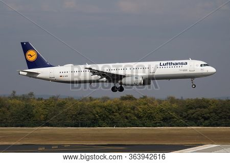 Budapest / Hungary - October 7, 2018: Lufthansa Airbus A321 D-aisi Passenger Plane Arrival And Landi