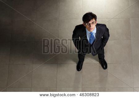 Junger Geschäftsmann in Gläsern