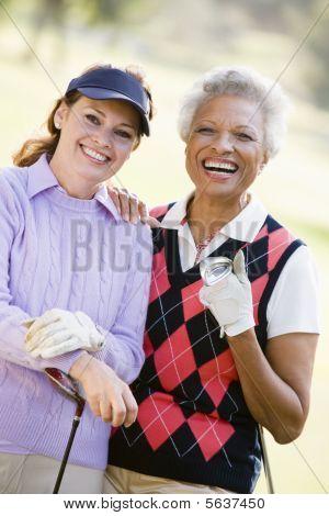 Porträt von zwei weiblichen Golfer