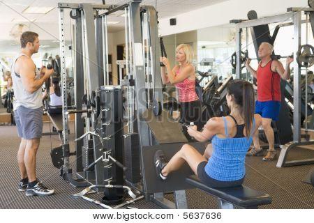 Grupo de personas de peso entrenamiento en el gimnasio