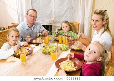 Rodina společně s jídlem