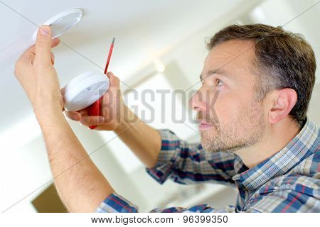 Installation of a smoke alarm
