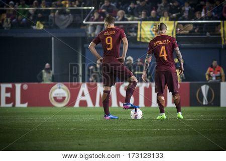 VILLARREAL, SPAIN - FEBRUARY 16: 9 Dzeko, 4 Nainggolan during UEFA Europa League match between Villarreal CF and AS Roma at Ceramica Stadium on February 16, 2017 in Villarreal, Spain