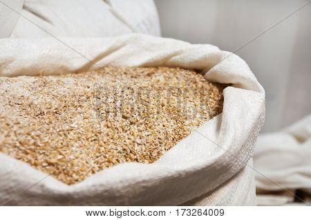 Open bag full grain malt. White polypropylene bag.