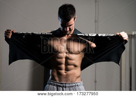 Bodybuilder Riping The T-shirt Off In Gym