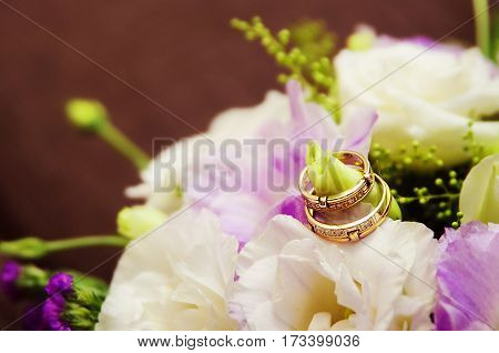 bride bouquet and wedding rings in weding day