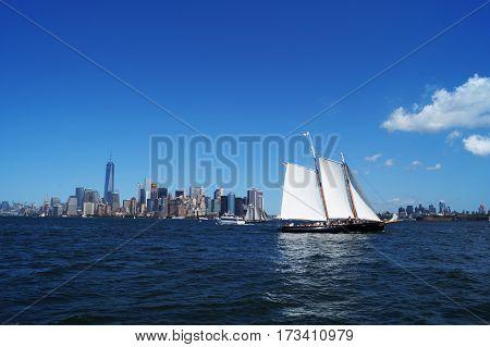 Barca sul fiume Hudson con vista su New York