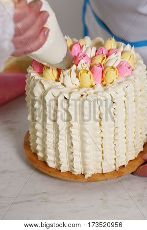 Decorating a cake with Tulip of cream