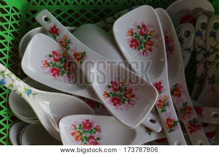 Many white plastic spoon withMany white plastic spoon with a beautiful pattern. a beautiful pattern.