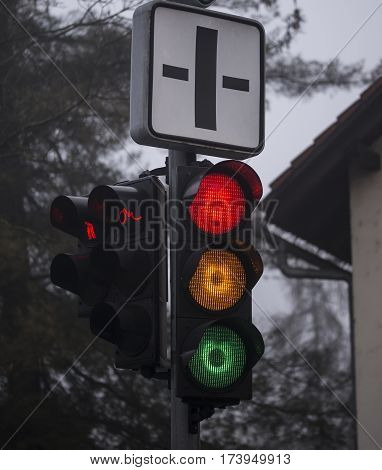 All traffic lights are on on the semaphore.