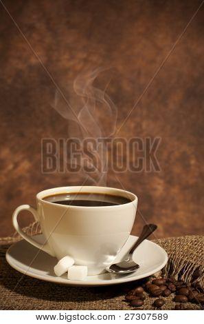 Primer plano de una maravillosa taza de café caliente