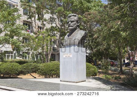 Evpatoria, Crimea, Russia - July 2, 2018: Monument To Mikhail Vasilyevich Frunze At The Intersection