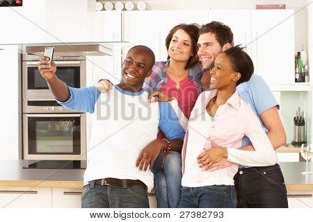 Grupo de jovens amigos, tirar foto na cozinha moderna
