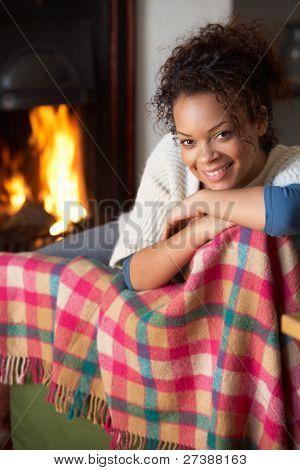 Young Woman sitting von offenem Feuer