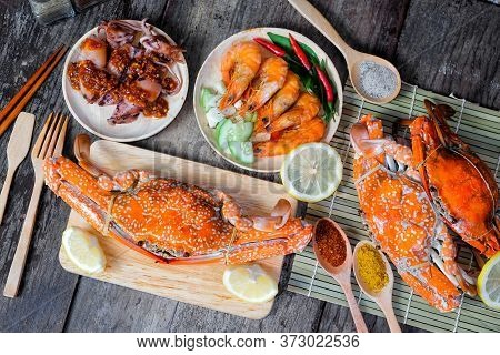 Sqide,jumbo Crab And Shrimp On Dark Background