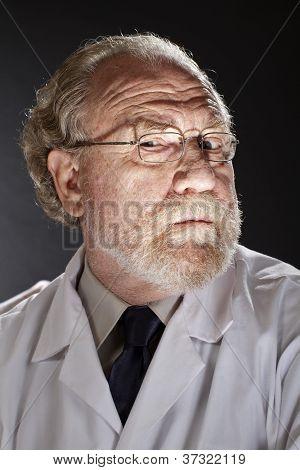 Mal médico con expresión siniestra