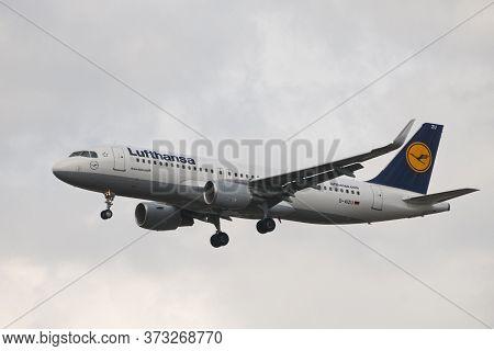 London, Uk - August 06, 2013 - Lufthansa Airbus A-320 Landing At Heathrow Airport