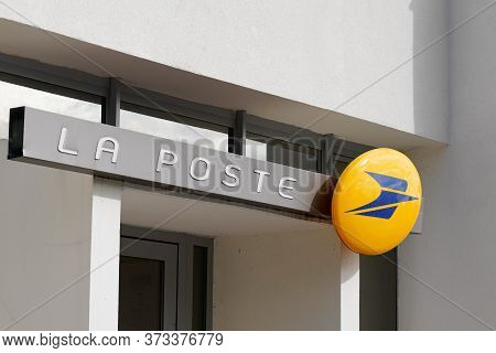 Bordeaux , Aquitaine / France - 10 15 2019 : Office Store Sign French Post Logo Shop On Building Fac