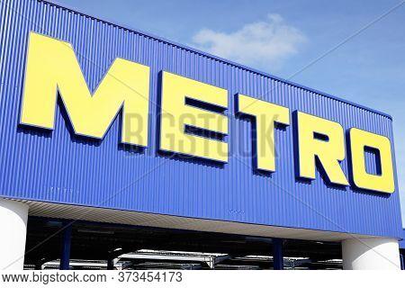 Bordeaux , Aquitaine / France - 10 28 2019 : Metro Cash And Carry Sign Shop Logo Sales Division Stor