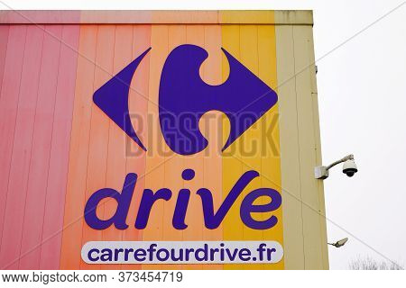 Bordeaux , Aquitaine / France - 01 15 2020 : Carrefour Drive Supermarket Sign Mall Logo French Store