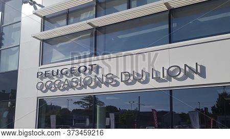 Bordeaux , Aquitaine / France - 06 20 2020 : Peugeot Occasions Du Lion Logo Sign On Seconde Hand Car
