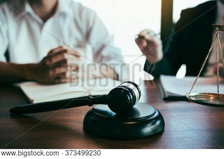 Lawyer Explained To The Client About The Legal Issues That Must Be Taken In Court In The Office.