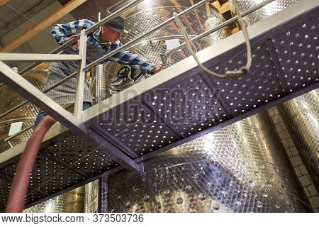 Winemakers or winemakers control the winemaking process at the fermentation tank