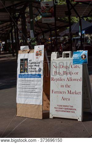 Davis, California, Usa. June 27, 2020. Davis Farmers Market Sign Syaing That Social Distance Is Requ