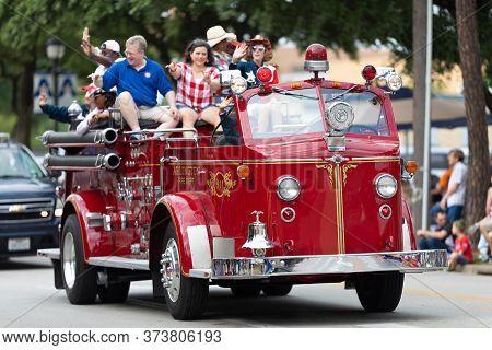 Arlington, Texas, Usa - July 4, 2019: Arlington 4th Of July Parade, Antique Fire Truck Of The Arling