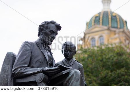 Des Moines, Iowa, Usa - August 31, 2019: Sculpture Of Lincoln And Tad, Infront Of The Iowa State Cap