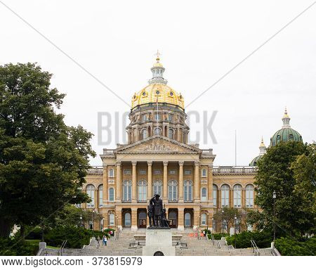 Des Moines, Iowa, Usa - August 31, 2019: The Iowa State Capitol With The Pioneer Statue At The Front