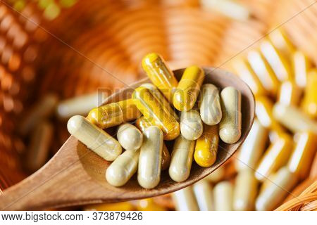 Herbal Capsules From Herbs Healthy Lifestyle / Herbal Medicine Extract From Nature Non-toxic Drug Or