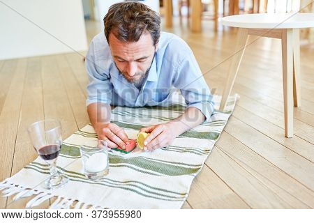 Hausmann removes red wine patches on carpet with salt and lemon as home remedy