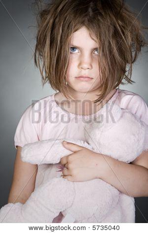 Niño molesto desordenado agarre su oso de peluche