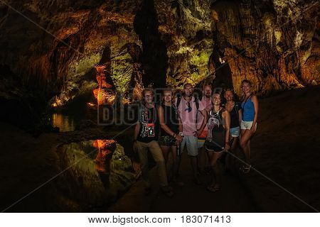 17 april 2017 - Phong Nha Ke Bang cave, Viet Nam. Group of tourist have fun in Phong Nha Ke Bang cave an amazing wonderful cavern at Bo Trach Quang Binh Vietnam.