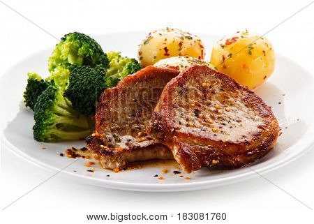 Roast steak with potatoes and broccoli