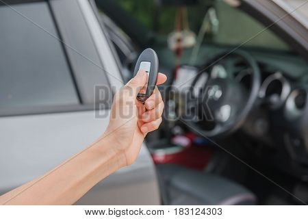 remote control  key Car in hand , system automatic.