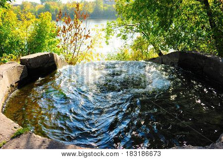 The water beats in a large well.