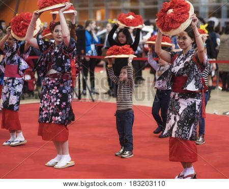 Hinode: RUSSIA, MOSCOW, Apil 23, 2017Girl dance japanese traditional dance on festival