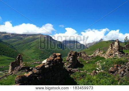 Разрушенные древние каменные башни в гора