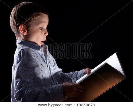 Ребенок открыл волшебную книгу
