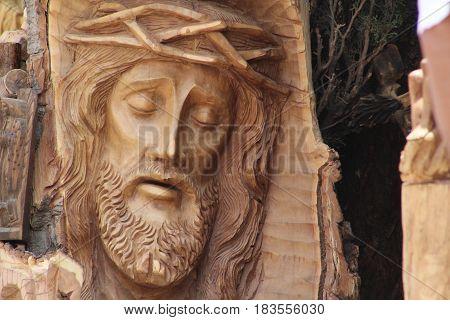 Rostro de Cristo en la cruz, tallado en madera.
