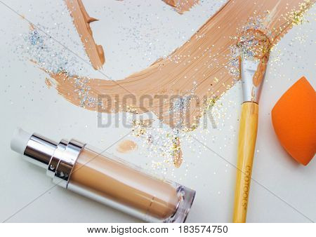 Brush and sponge for applying a tonal basis to make-up