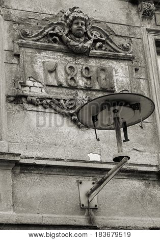 dilapidated facade with a lamp in the center of Magdeburg