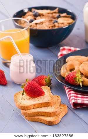 Breakfast with whole grain cereals and fresh fruit.
