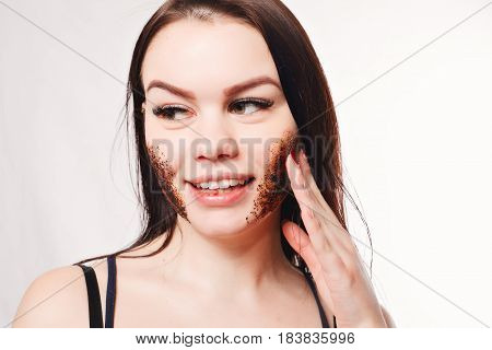 Brunette Cleanses The Skin With Coffee Scrub